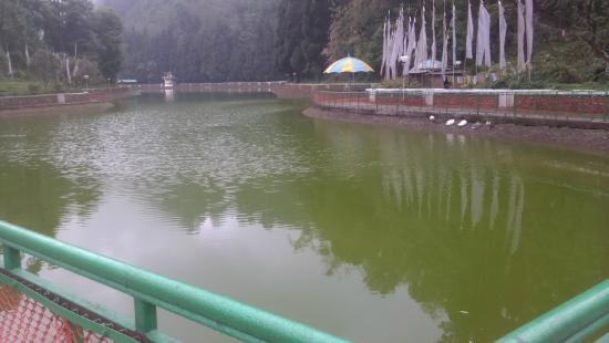 Aritar, Inde : The first sight of the lake where you will be parkign your car.
