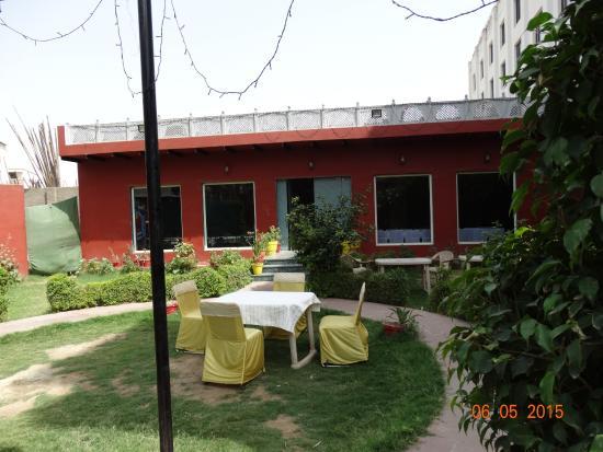 Kesar Restaurant Agra: Столик во внутреннем дворе