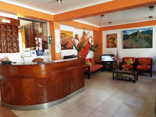 Tikawasi Valley Hotel: The lobby, free wifi throughout hotel but strongest here.
