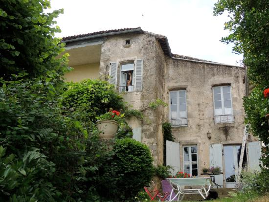 Le Grand Logis: Garden and side of house