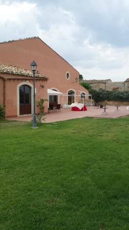 Villa D'andrea: Il prato antistante il salone ristorante