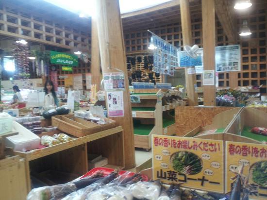 現地の農産物販売店。あまり市場に出回らない野菜も何種類かありました。面白いです。