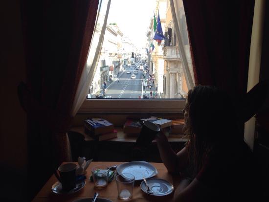 I Tre Moschettieri Luxury Guest House: Desayunando con vistas a Vía del Corso.