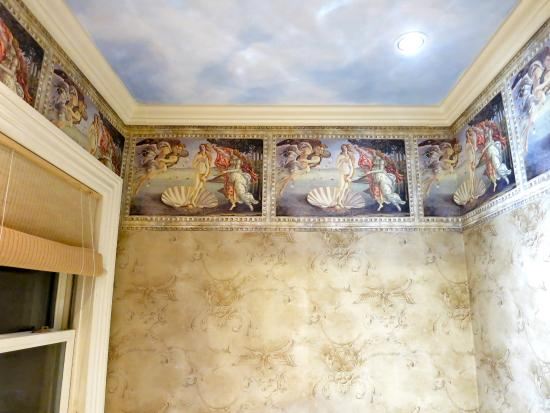 The Maple Inn: Botticelli's Venus wallpaper in the Empire Room bathroom
