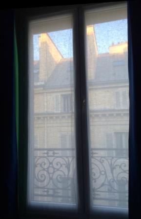 Best Western Anjou Lafayette Opera: Солнце встает над Парижем (из окна отеля. и нам пора..)