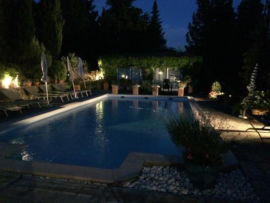 La Maison sur la Colline: La piscina por la noche. Que tranquilidad!!.