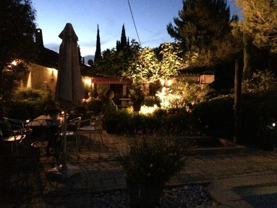 La Maison sur la Colline: Zona del jardín por la noche.