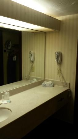 Hotel Oklahoma City North: Dressing area w/closet separate from tub & stool area