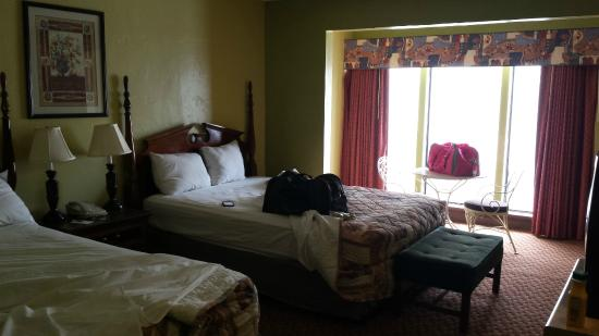 Hotel Oklahoma City North: 2 queen beds and 'sitting area' near window in bedroom area