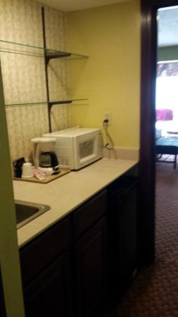 Hotel Oklahoma City North: Wet bar with frig, microwave, and glass shelves