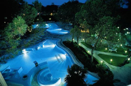 هوتل تيرمي بريستول بويا: Panoramica notturna piscina esterna