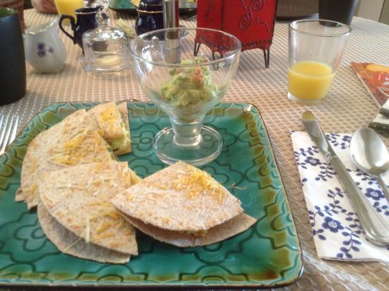 Crown Ridge Bed & Breakfast: Freshly made quesadilla and wonderful guacamole