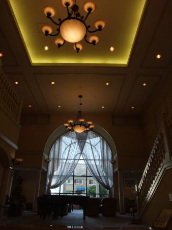 Campana Hotel: 天井の高いロビー