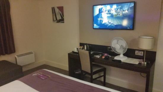 Premier Inn Waltham Abbey Hotel: 'Climate control' aka Fan on the desk....