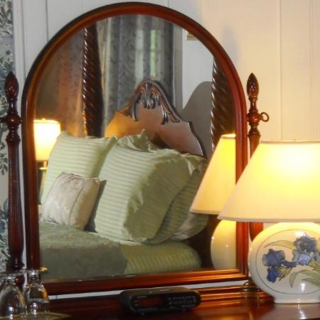 The Centennial House Bed and Breakfast : The Sturbridge Room offers sunset views