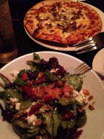 Formaggio Wine Bar: Fennel fennel pizza and salad!!