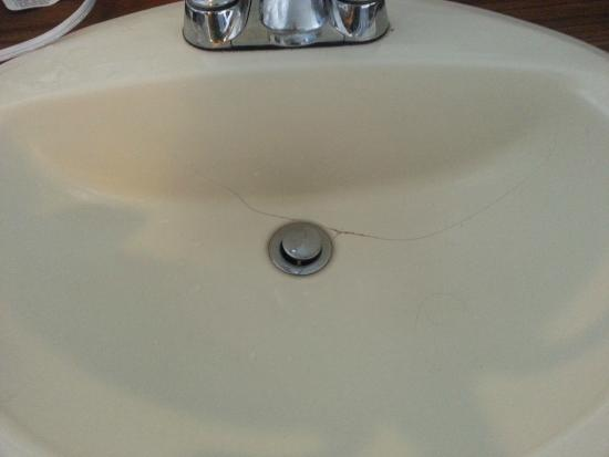 Rodeway Inn Billings: The sink had a large crack.
