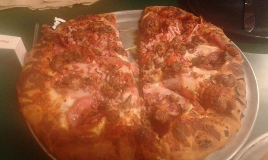 Mariposa Pizza Factory: All Meat pizza