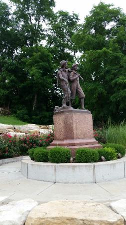 Tom and Huck's Statue
