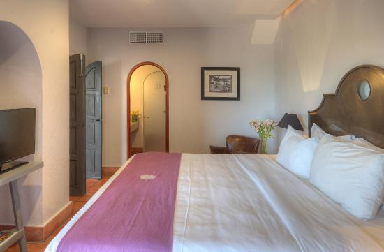 Hotel Alta Las Palomas: grand suite with a king size bed