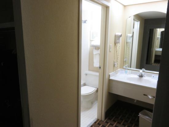 Clarion Inn: Bathroom.