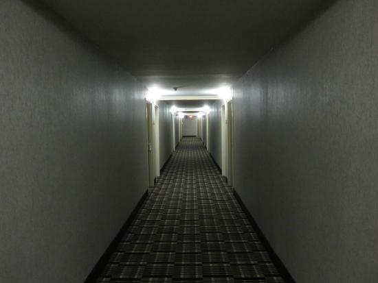 Clarion Inn: Hallway.