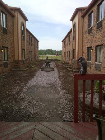 Rodeway Inn: Manicured courtyard