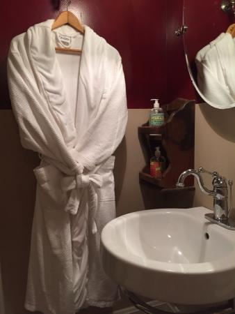 1847 Blake House Inn Bed & Breakfast: More than adequate Bathroom