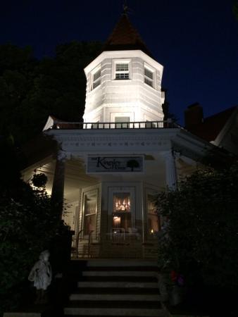 Kingsley House Bed and Breakfast Inn: Beautiful Kingsley House at night.