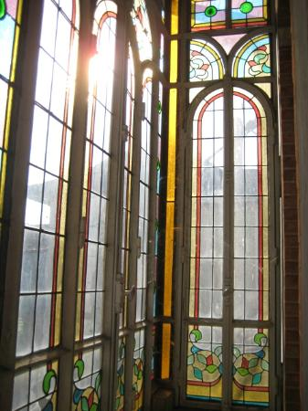 La Maison de Chapelier: Stained glass balcony