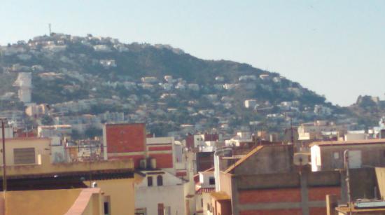 Hostal Rom: Vue montagne et toits de Rosas