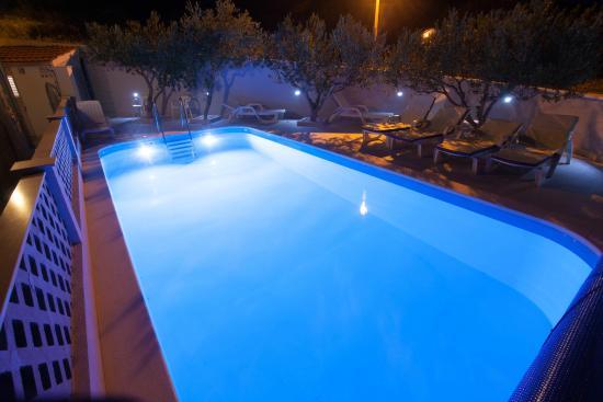 Bol Apartments Gospojica : night view pool