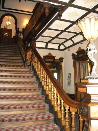 Batcheller Mansion Inn: The stairway to the guest rooms