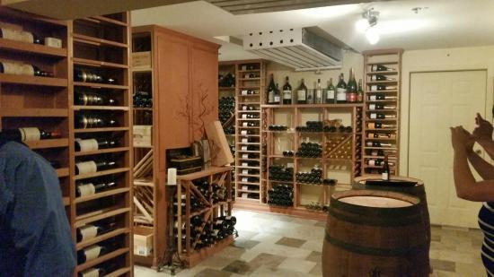 Hôtel Suites Lac-Brôme : Cave à vin