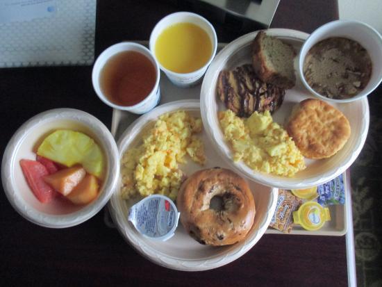 هامبتون إن فرانكفورت: Mmmmm...Breakfast ...they also had biscuts & gravy & waffles..but we didnt have room