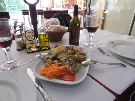 Restaurante Cervejaria Lisboa Portugal : Foto do Bacalhau com Batatas ao Murro + Vinho Tinto da Casa