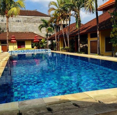 Gora Beach Inn: Area da piscina. Ao redor dois andares de aptos, os superiores são de melhor qualidade