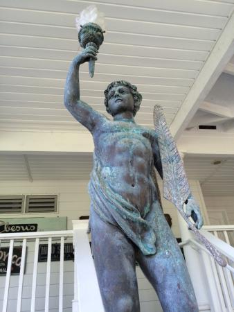 The Palms Cliff House Inn: Statue by the stairs