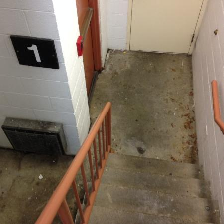 Holiday Inn Johnson City: Not so nice staircase.