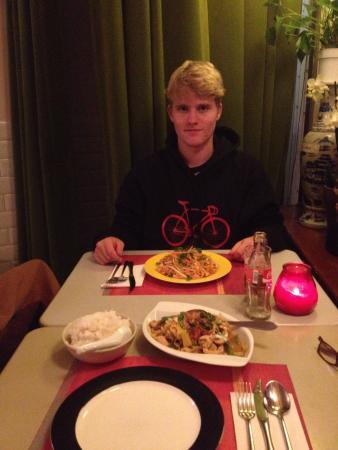 Billy Thai's Restaurant: Meu filho Jonathan e seu prato