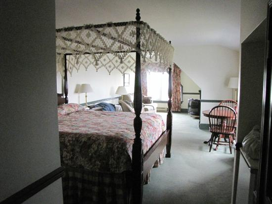 Loyalist Lakeview Resort Summerside: King bed room.