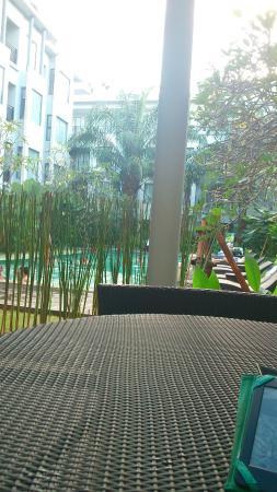 Umalas Hotel and Residence: The pool from one of the tables near reception.