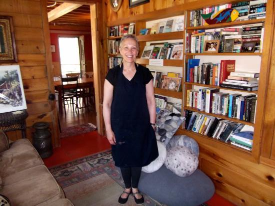 Hisega Lodge : The innkeeper in the library