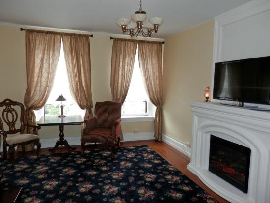 The Times House: Legacy Grand Suite  with electric fireplace and flatscreen TV