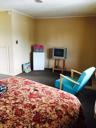 Star Motel: Room 11 was spacious with a beautiful view of the lake and drive up parking!