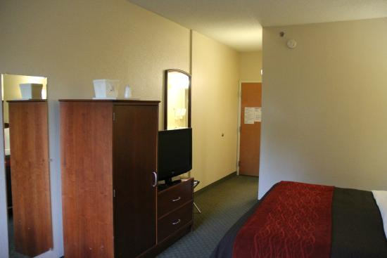 Comfort Inn & Suites Dalton: TV area with the rooms only closet seen
