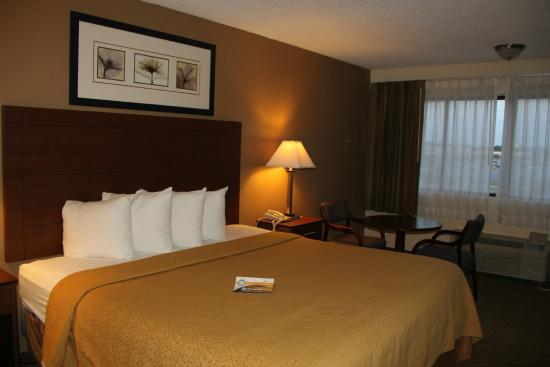 Quality Inn & Suites Southlake: Large king bed, very nice, I slept well.