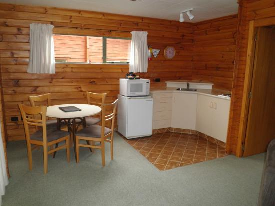 Forest Peak Motel: Chalet 3 dining area & kitchen