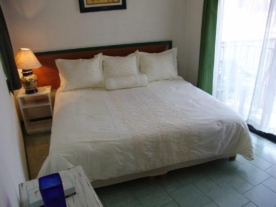 Casa de los Soles: Preciosa recamara con cama king size, dentro de una suite con sala, cocina, comedor y baño.