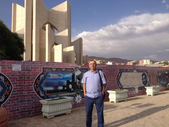Poets Tomb (Maqbaratol Shoara): Sairler aiti giris
